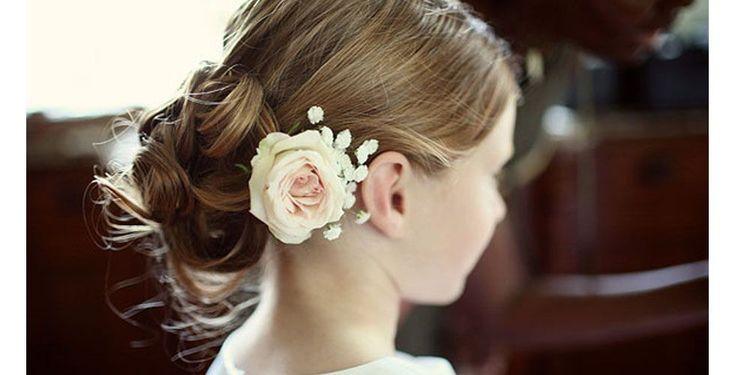 O coque baixo é um penteado chique, especialmente quando complementado com o arranjo floral em tons claros.