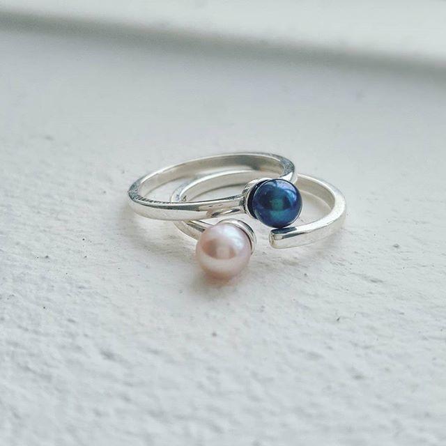 Pink and black freshwater pearl open rings. Website coming soon so stay tuned ✌  #zoealexandria #bohemejewels #pearls #rings #jewellerymaker #online #staytuned #madeinbondi