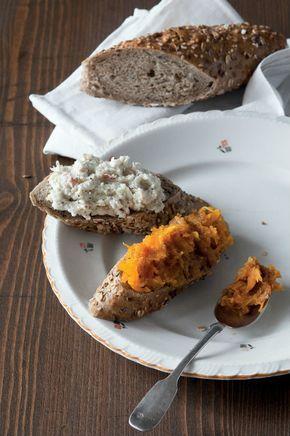 Pomazánka z křenu a jablka: středně velké jablko 1 ks nastrouhaný křen 1–2 lžíce lučina 100 g šťáva z citronu 1 lžička sůl Pomazánka z pečené dýně: dužina z dýně Hokkaido 100 g máslo 1 lžíce cibule 1/2 ks muškátový oříšek mletá skořice sůl pepř