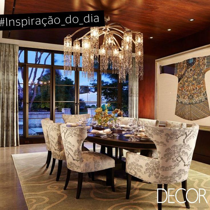 Com décor inspirado no continente asiático, este jantar alia luxo ao conforto. O imponente lustre sobre a mesa harmoniza com o mobiliário. Já as portas amplas e envidraçadas proporcionam ao ambiente uma contemplação privilegiada.
