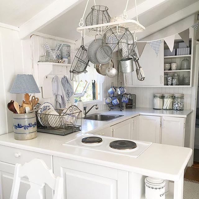 Kjøkkenet på hytta. Primitivt og enkelt, men med masse gammel…