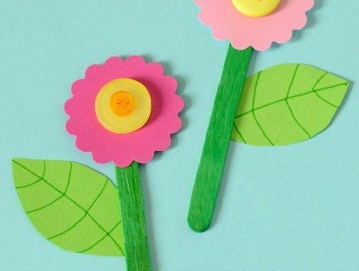 des fleurs en papier décorées de boutons, batonnets de glace en guise de tiges, feuilles vertes, activité manuelle printemps maternelle