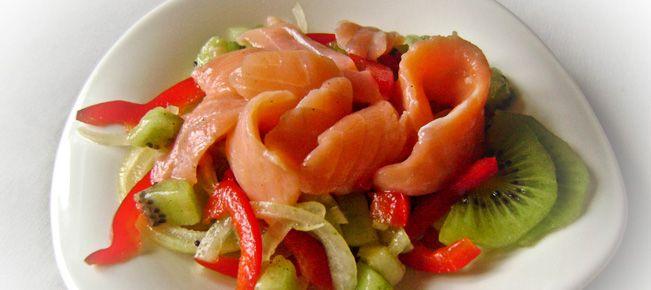 Салат из семги с киви ==========================  Неожиданно и удивительно вкусно - салат из малосольной семги с овощами и киви :-)