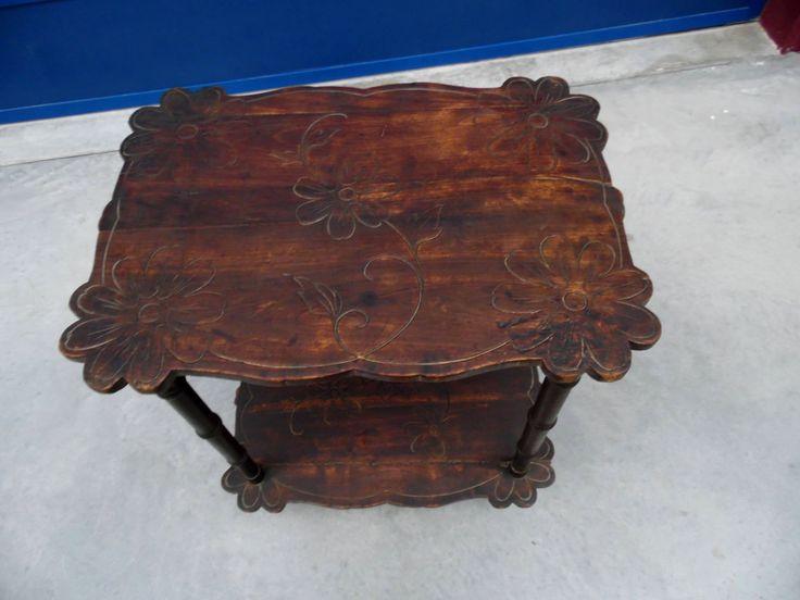 Tavolino gueridon in faggio a due ripiani sagomati incisi motivi floreali+