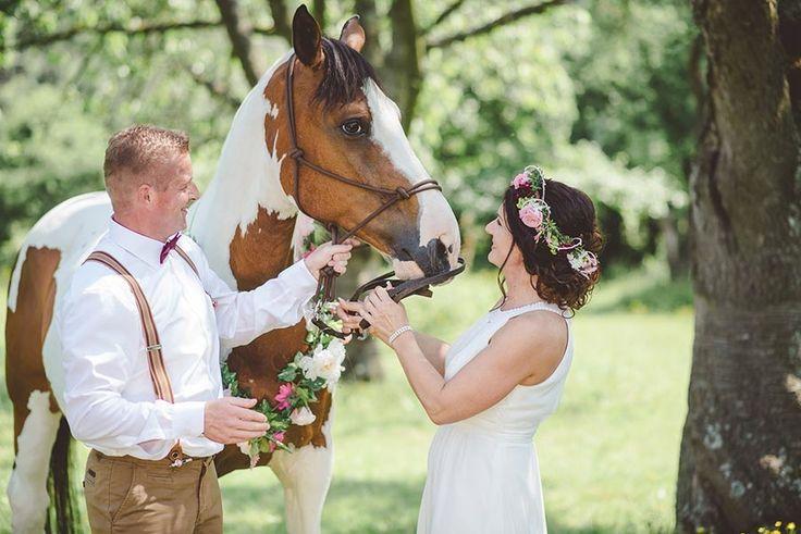 Save-the-Date-Karten Fotoshooting von Sandra & Sascha mit Pferd für die Hochzeit. Foto: http://weddings.lauramoellemann.de
