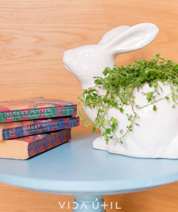 Conejo Blanco - Matera de cerámica. $79.000 COP. Cómpralo aquí--> https://www.dekosas.com/productos/decoracion-hogar-vida-util-conejo-matera-detalle