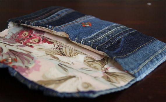 Produkt: Dieses Angebot gilt für eine hip-Kupplung mit einer Vielzahl von Denim-Stücken. Die Kupplung wird mit einem Druckknopf geschlossen und hat eine Innentasche. Fertige Maße sind etwa 5,5 X 11. Diese Kupplung ist versandbereit.  Prozess: Für die Deckung Verband mehrere Jeans-Fetzen aus den Überresten der veränderten Jeans in ein gestreift Stück vor zu stabilisieren und das Futter anfügen. Das Futter enthält eine einfache Tasche für enthaltenen Elemente zu trennen.  Gewebe: Die Abdeckung…
