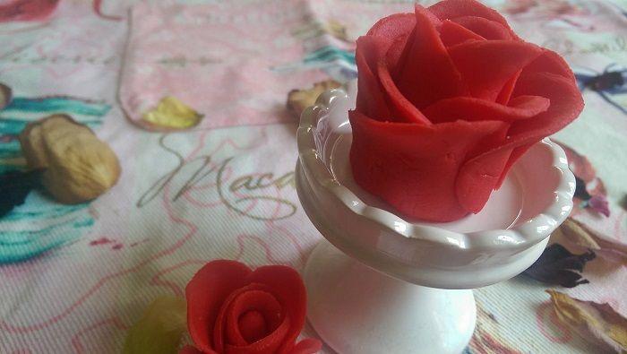 http://www.watercolorcake.fr/2016/06/roses-en-pate-sucre.html