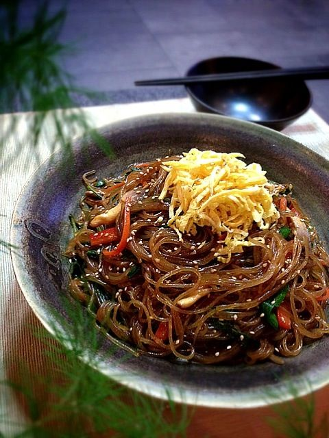 Fried Korean potato vermicelli with vegetables In this I used peppers,spinach,chive mushroom,onion,carrot,spinach,and most importantly,Ran521jp San's yakiniku sauce! ピーマン、ほうれん草、ニラ、キノコ、タマネギ、ニンジン、ほうれん草、そして最も重要なのは、Ran521jpさんの焼肉たれ! - 255件のもぐもぐ - Vegetarian チャプチェ by rick chan