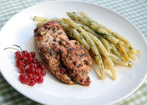 Куриное филе в маринаде из красной смородины