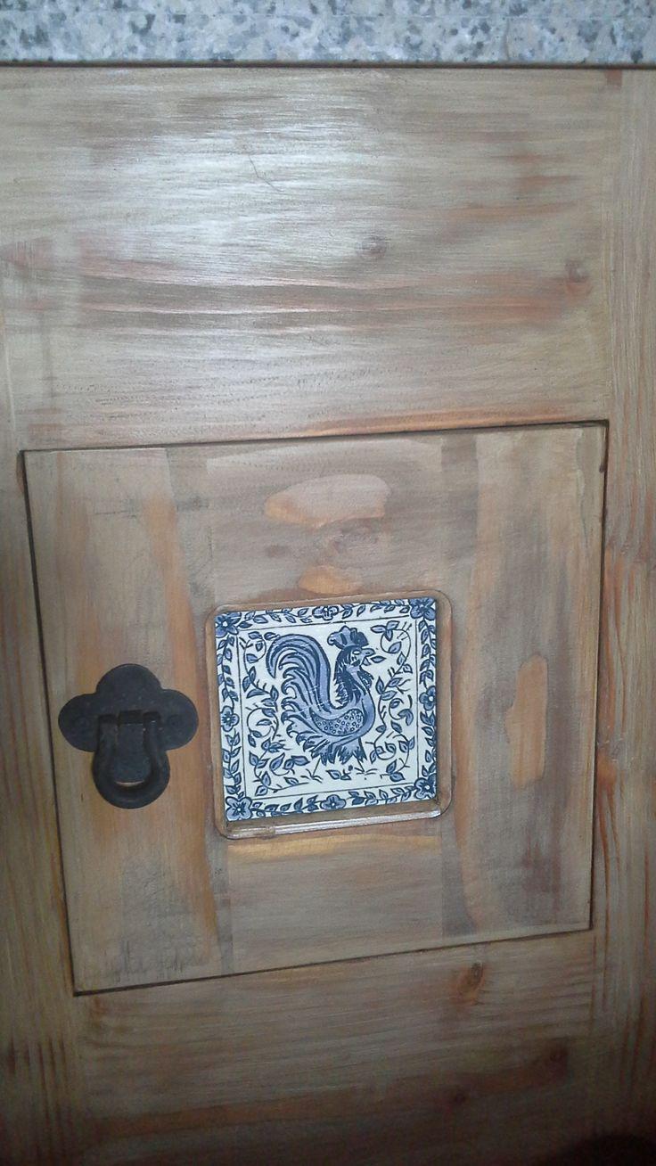 Otra aplicación en mueble de réplica de azulejo portugués - Gallo de Barcelos.