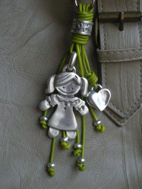 Este colgante lleva un mosquetón que te permite usarlo como llavero o colgarlo de tu bolso.Cada niño mide 58 mm. aproximadamente.  Los favoritos par