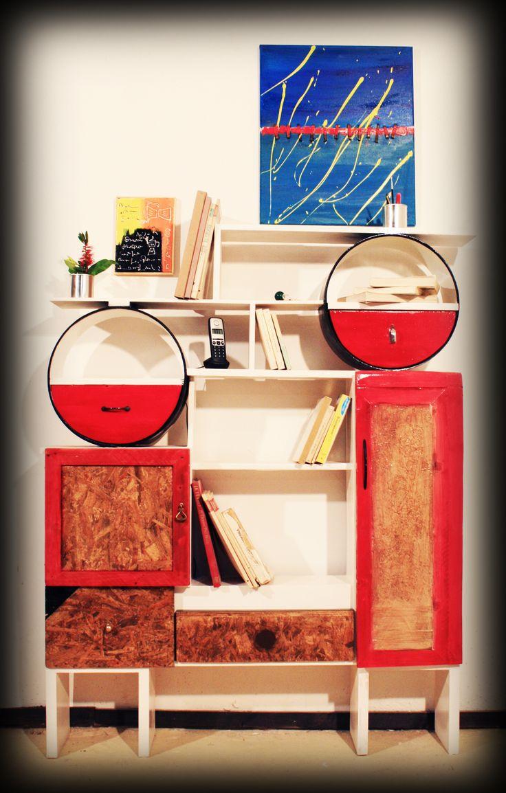 Il Mobilaccio presenta un mobile realizzato completamente a mano grazie all'utilizzo di materiale di riciclo. I tamburi (tom) di una batteria possono diventare tranquillamente dei ripiani contenenti cassetti, Una libreria unica dove inserire i vostri volumi migliori e più affezionati. Da non perdere!!