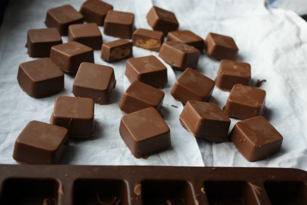 Τρία μόνο υλικά: σοκολάτα, φιστικοβούτυρο και λίγο βούτυρο κλασικό. Ούτε φόρμες ούτε φασαρίες, μπεν μαρί και δυο-τρεις παγοθήκες αρκούν για τούτα τα θεσπέσια σοκολατοπαγάκια.