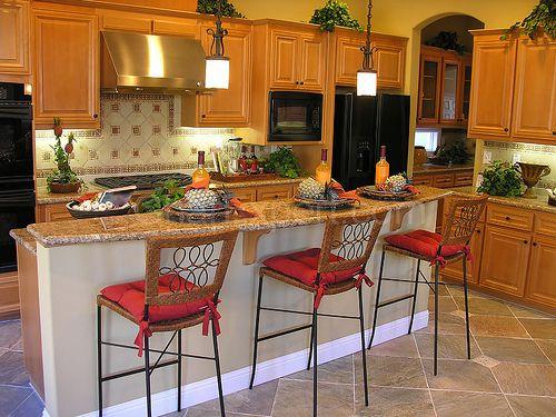 Cozinha rústica em tons vivos