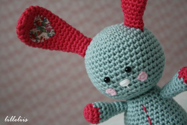 I am gonna make him in a green.. If you have read Knuffle Bunny the book then you know how stinking cute this project is!!Funny bunny - free amigurumi pattern by lilleliis