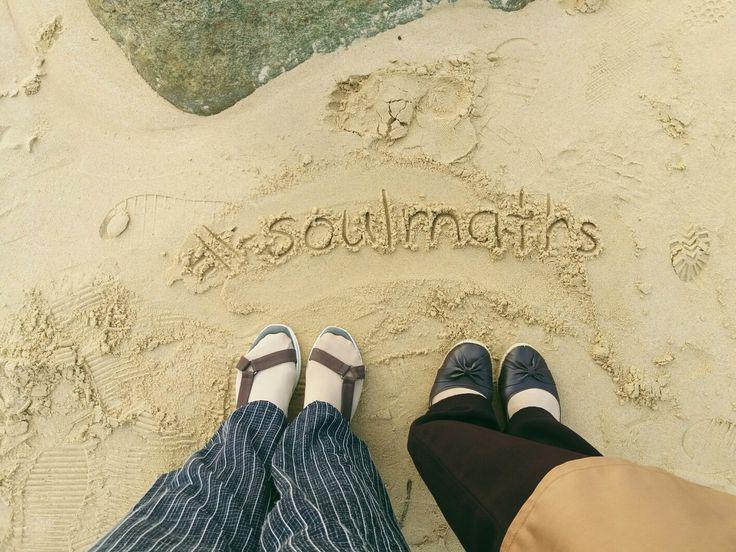 Pantai bagiku tempat yang banyak menyimpan memori suka duka. Melihat matahari terbenam dengan orang yang