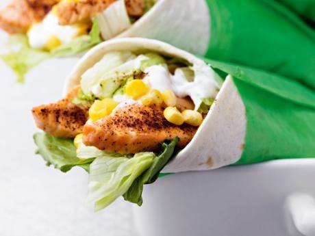 Chilistekt lax med het yoghurt i tortillabröd – salmón con maíz