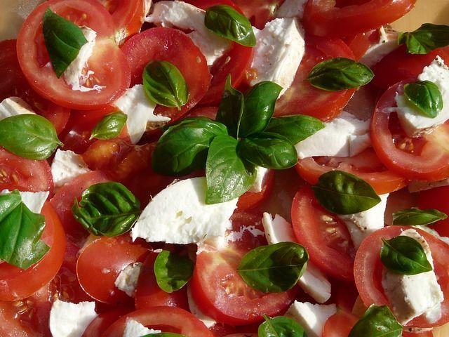 Kostenloses Bild auf Pixabay - Tomaten-Mozzarella-Salat, Basilikum