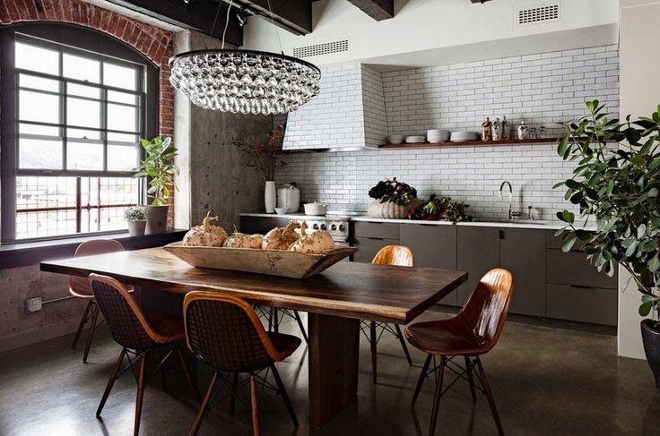 Кухня в стиле лофт: индустриальная романтика в домашнем интерьере, 75 фото http://happymodern.ru/kuxnya-v-stile-loft/ Английское окно, современная хрустальная люстра и обстановка, местами близкая к кантри Смотри больше http://happymodern.ru/kuxnya-v-stile-loft/