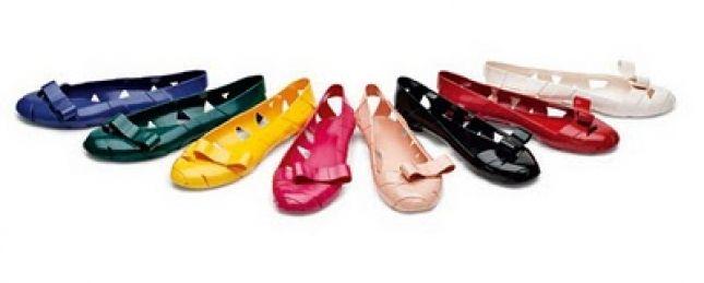 Mientras que la compañía brazileña Melissa lleva varias colecciones en conjunto con grandes diseñadores como los hermanos Campana, Zaha Hadid y Jean Paul Gautier, la compañía de muebles italianos Kartell apenas añadió las zapatillas a sus productos hace poco más de un año. Ambas están estrenando productos.