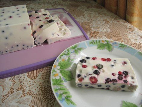 Sour cream dessert with berries (sour cream cake-jelly).