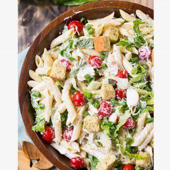 Oubliés les plats copieux, quand il fait chaud on a envie de fraicheur, de légèreté. On mise souvent sur des valeurs sûres pour le déjeuner. On est adepte de la recette de la salade grecque ou encore de la salade niçoise pourtant, on gagnerait à faire dans l'originalité. Cet été, on ose 18 salades décalées aussi gourmandes que colorées!