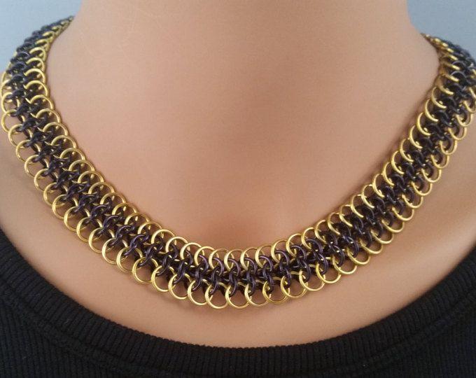Dit traditionele Byzantijnse patroon heeft zijn jazzed up door toevoeging van mooie kleur. Het goud en zwart samen maken een mooie combinatie. Gemaakt van geanodiseerd aluminium, het is licht in gewicht en comfortabel te dragen. Ik weet dat je zal liefde hebben dit in de garderobe van uw sieraden. Leuk en speels, dit stuk is een winnaar.  Gewicht.7 oz Lengte 1701/4 Breedte 3/8
