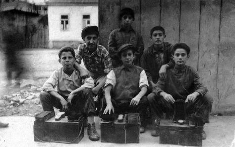 Μικροί λούστροι στην Καλαμαριά του μεσοπολέμου. (Δεκαετία 1930)