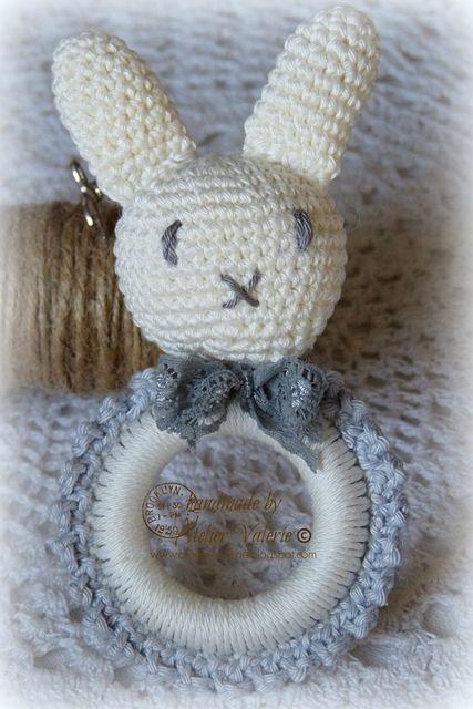 Met een houten gordijnringen kan je aardig aan de slag, zoals dit klein en lief gehaakt baby speeltje Nijntje. Hieronder de omschrijving van de verschillende gehaakte delen. Gebruikte steken en afko