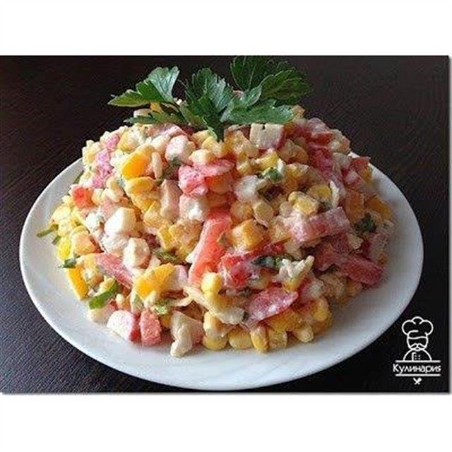 """Салат""""Лямур-тужур""""💘 Ингредиенты и приготовление:  Нарезать небольшими кубиками : -сладкий болгарский перец, -помидор, -крабовые палочки.  Мелко порубить зелень петрушки.  Натереть на крупной тёрке твердый сыр.  Добавить небольшую баночку консервированной кукурузы.  Заправить салат майонезом+сметана (в равных пропорциях), чеснок через пресс, соль, перец по вкусу.  Всё хорошо перемешать.  Приятного аппетита!"""