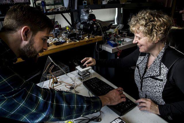 Una tableta para que los ciegos puedan teclear en braille   Un equipo de ingenieros estadounidenses está trabajando en una novedoso dispositivo capaz de representar los símbolos del braille y actualizarlos en tiempo real.  Los responsables del proyecto trabajan en el dispositivo de prueba. Alex Russomanno (izquierda) es un estudiante de doctorado en la Escuela de Ingeniería de la Universidad de Michigan. Sile OModhrain profesora en la facultad de Ciencias de la Información en la Universidad…