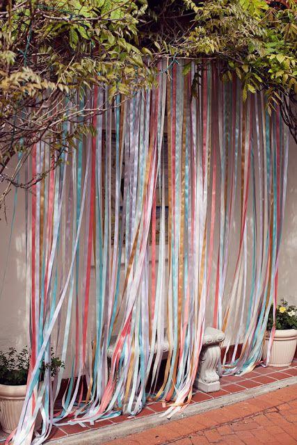 décor photobooth en rideau de ruban (découpé dans du tissu)