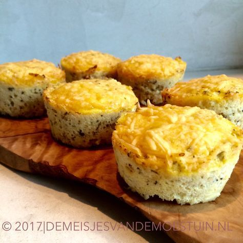 Eet bloemkool eens op een andere manier. Deze simpele bloemkoolmuffins met parmezaan en tuinkruiden verdienen een ereplaats op tafel!