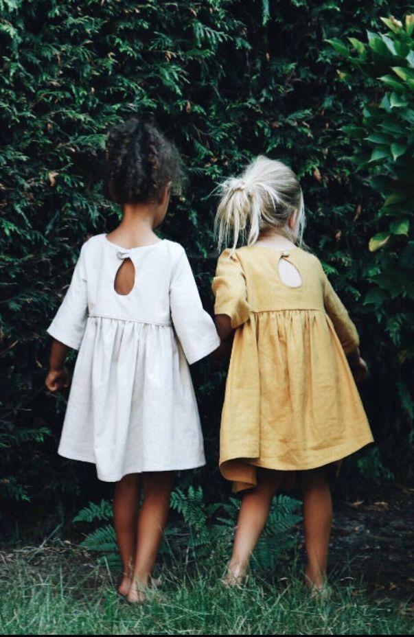 Handgefertigte Kleider aus Leinen & Baumwolle