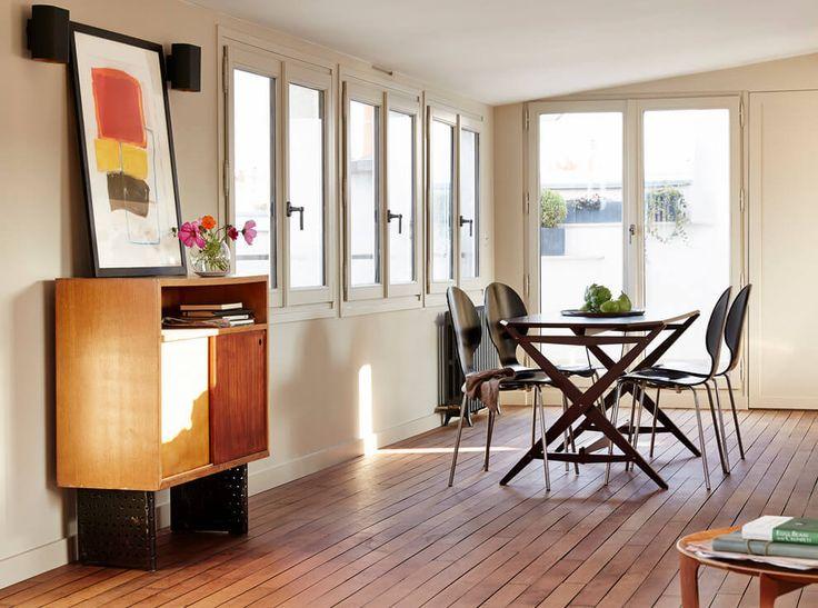 Ce qui me plait dans cet appartement sous les toits, c'est sa configuration architecturale : un superbe espace de vie juste sous les toits avec une vue panoramique sur Paris sur tous les côté. Et en bonus, l'appartement bénéficie d'une superbe luminosité....