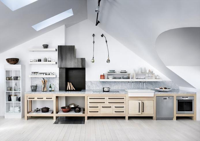 Splendida cucina dai toni chiari, mobili in legno e piano in marmo #mansarda