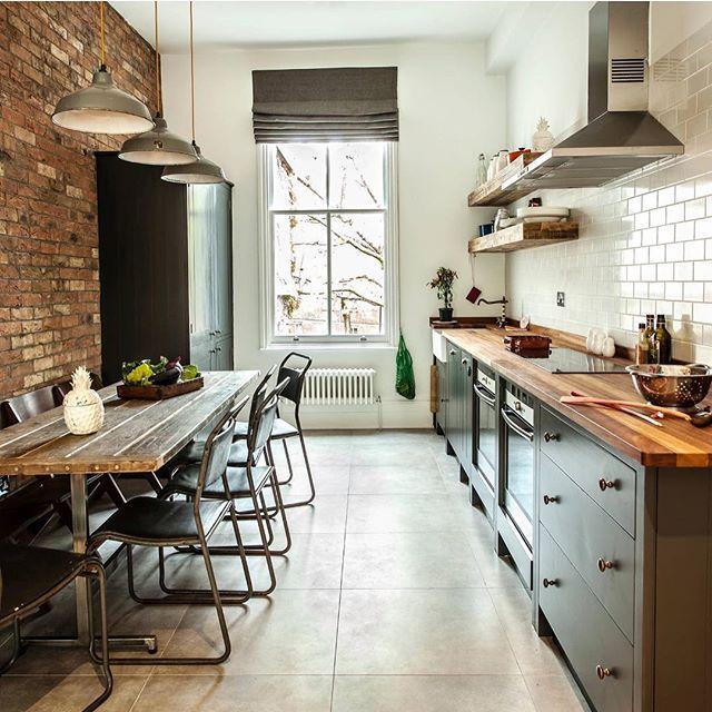 Cozinha contemporânea de pegada industrial em que valoriza nas paredes os tijolos aparentes e azulejos brancos e uso de muita madeira de reflorestamento by Compass and Rose @decorcool ARCHITECTURE | STYLE | INDUSTRIAL