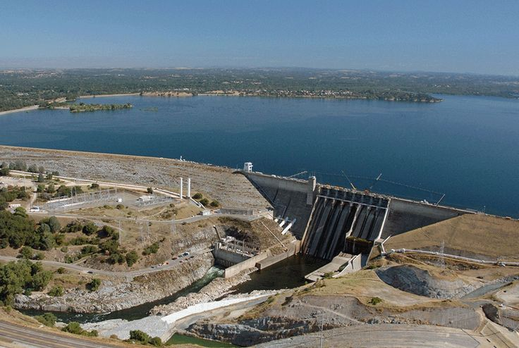 Full water levels are visible behind the Folsom Dam at Folsom Lake on July 20, 2011, in El Folsom, California, followed by current drought levels on Aug. 19, 2014. Credit: Getty Images