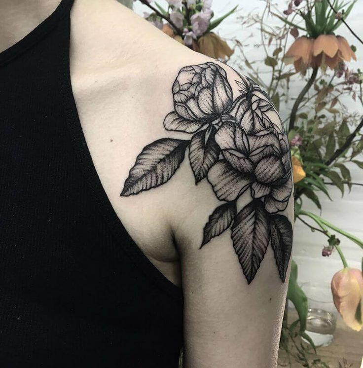 """Черная роза может быть символом """"любовь на веки"""" и полной противоположностью – символом смерти. Розы - самые любимые цветы в нашем обществе и связанные с романтикой и любовью, дружбой, чистотой и многим другим. Татуировка в виде розы всегда красива и неотразима. Цветные татуировки легче заметить, но черный скрывает свою подлинную и утонченную элегантностью. Для многих романтиков, это идеальная татуировка-талисман. С розами, вы никогда не ошибетесь. Каждая татуировка розы выглядит ка..."""