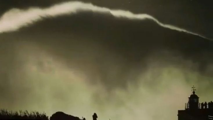 """O surfista português Hugo Vau pode ter surfado uma onda-recorde na Nazaré. Ainda não se sabe ao certo qual o tamanho da onda a que chamam """"Big Mama"""". Estima-se que tinha cerca de 35 metros. http://observador.pt/2018/01/19/hugo-vau-surfou-a-big-mama-e-pode-ter-quebrado-recordes-na-nazare/"""