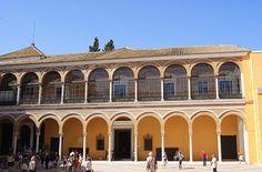 Esta zona constituyó la sede de la Casa de la Contratación hasta 1.598 en que fue trasladada al nuevo edificio que constituye el actual Archivo General de Indias.
