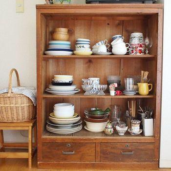参考にしたい。楽しく便利なキッチン収納アイディア♪   キナリノ ティーカップやパン皿など普段使うものや特にお気に入りの食器などは