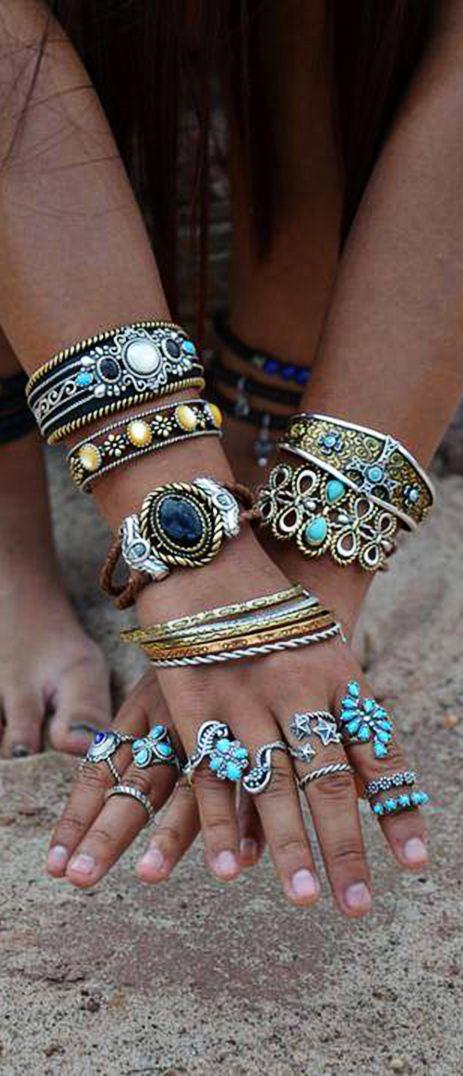 Una manera de ir #elegante y a la #moda. Combinado diferentes #pulseras a la vez.