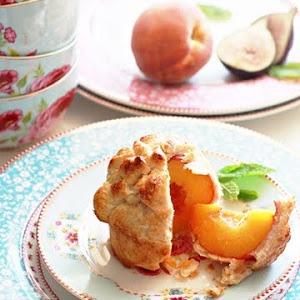 Muffins à la pêche : croûte à tarte, pèches évidées, miel, 1 œuf, 4 cc de sucre de canne <3