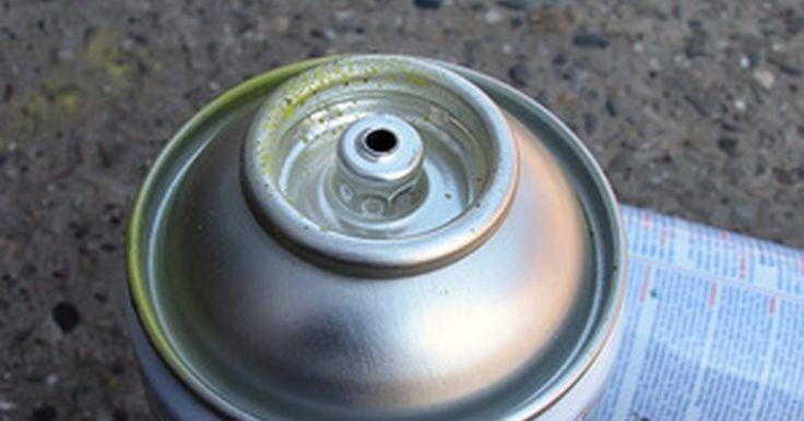 Cómo destapar la boquilla de un envase de aerosol . Una punta de un envase de aerosol tapada puede ser muy frustrante. Ya se trate de pintura, spray para el cabello o cualquier otro producto, si el envase está lleno pero la punta está tapada, no querrás desecharlo. Las boquillas de los sprays en general se tapan cuando hay residuos o se forma una película en el orificio de salida. Puedes ...