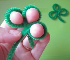 How to Make an Easy Shamrock from Pipe Cleaners <> (St. Patrick's Day, craft, Irish, holiday)