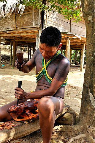 Talla de madera por un hombre de Embera ,vida en la comunidad nativa por el río Chagres dentro del Parque Nacional Chagres, República de Panamá, América Central