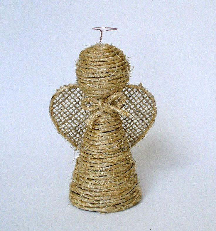 Este lindo anjinho pode ser usado o ano inteiro como enfeite no quarto, no berço, no carro... e ainda fica maravilhoso como enfeite de Natal. <br> <br>-Corpo feito com rolos de papel higiênicos reutilizados, muito bem higienizados e revestidos com sisal. <br>-Cabeça de isopor igualmente revestida com sisal. <br>-Asas em juta. <br>-Laço em sisal. <br>-Auréola feita com arame fino. <br>-Cordão dourado para pendurar, fácil e rapidamente. <br>-Todo feito à mão. <br>-Dimensões: 8 x 5 cm - altura…