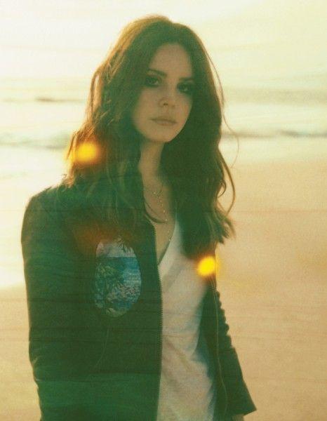 Ultra Lana ? La polémique déclenchée par son premier album – vendu depuis à 7 millions d'exemplaires – retombée, on brûlait de revoir la splendide sorcière qui avait déclenché la fureur des journalistes et affolé les réseaux sociaux. http://www.elle.fr/Loisirs/Musique/Dossiers/Lana-Del-Rey-ses-confidences-sur-Ultraviolence-2712370
